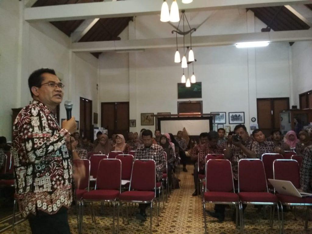 Kepala Dinas Kominfo Kabupaten Kulon Progo Drs. Rudiyatno, MM menyampaikan materi (14/11)